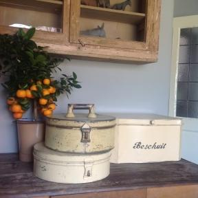 2 Dutch cake tins